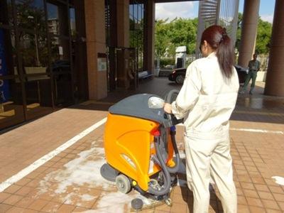 自動床洗浄機による床洗浄実習